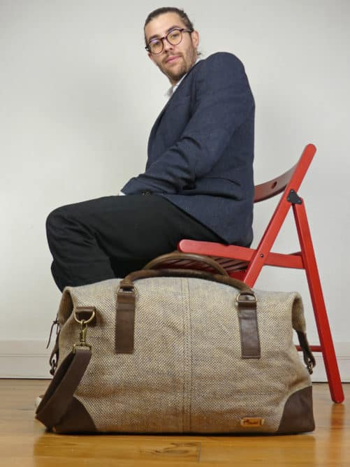 Jhola - le sac weekend 48h assis sur une chaise