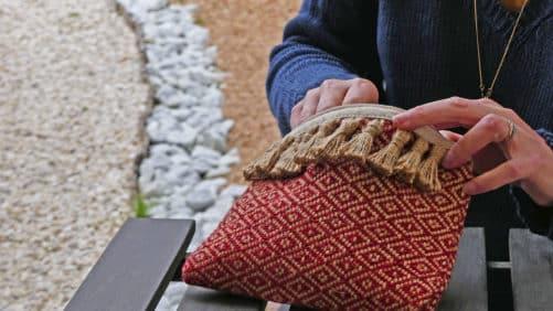 Pochette rouge avec pompon naturel