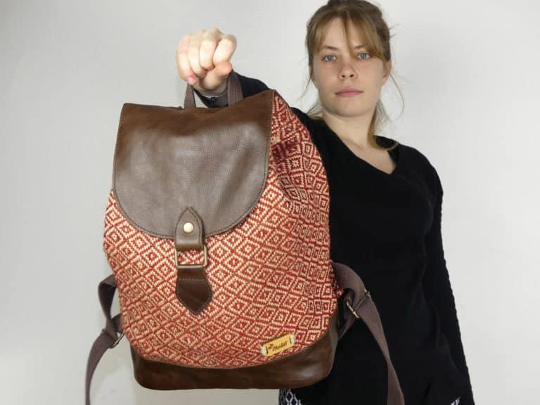 Potla rouge - le sac à dos porté à la main