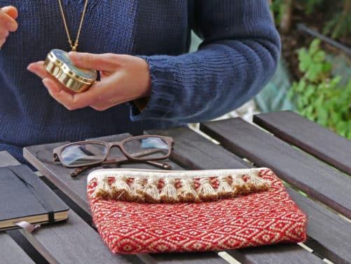 Petite pochette rouge avec des pompons rouges